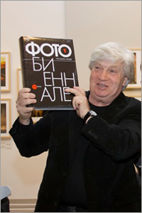 Йозеф Киблицкий (Государственный русский музей) с каталогом Фотобиеннале
